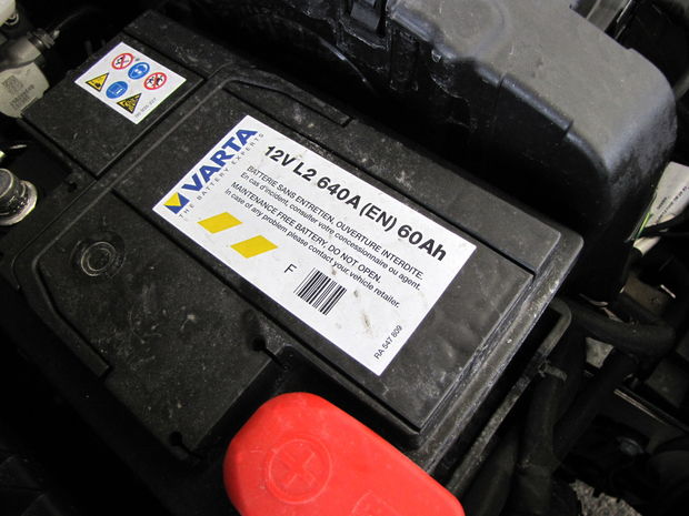 Benzínová (1.6 VTi) aj naftová (1.6 HDi) verzia majú úplne rovnaký akumulátor (60 Ah, 640 A).