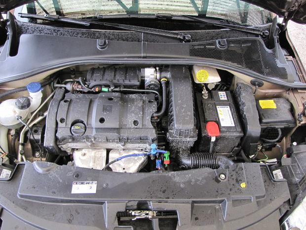 Ak si myslíte, že s liatinovým benzínovým štvorvalcom 1.6 VTi je Peugeot výrazne ľahším autom, ako 301 1.6 HDi, mýlite sa. Naftová verzia je v skutočnosti len o 5 kg ťažšia a používa o 0,5 l motorového oleja viac.