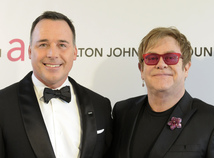 Spevák Elton John a jeho partner David Furnish