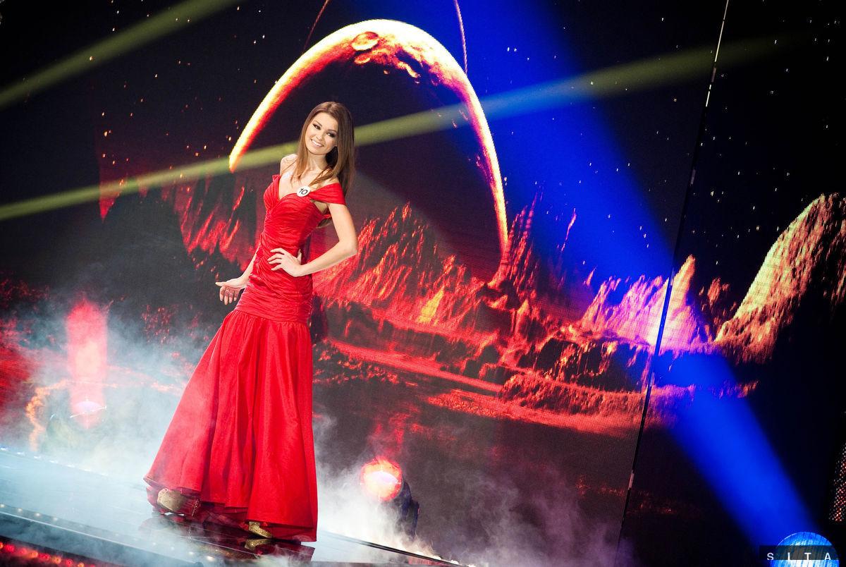 Finalistka Diana Kačurová na prehliadke červených šiat zo salónu La Casa Hermosa.