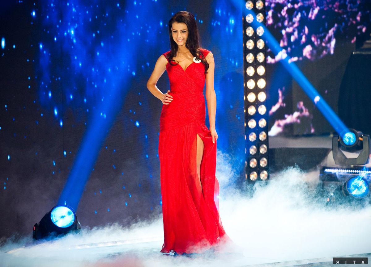 Finalistka Lucia Slaninková počas promenády v červených šatách.