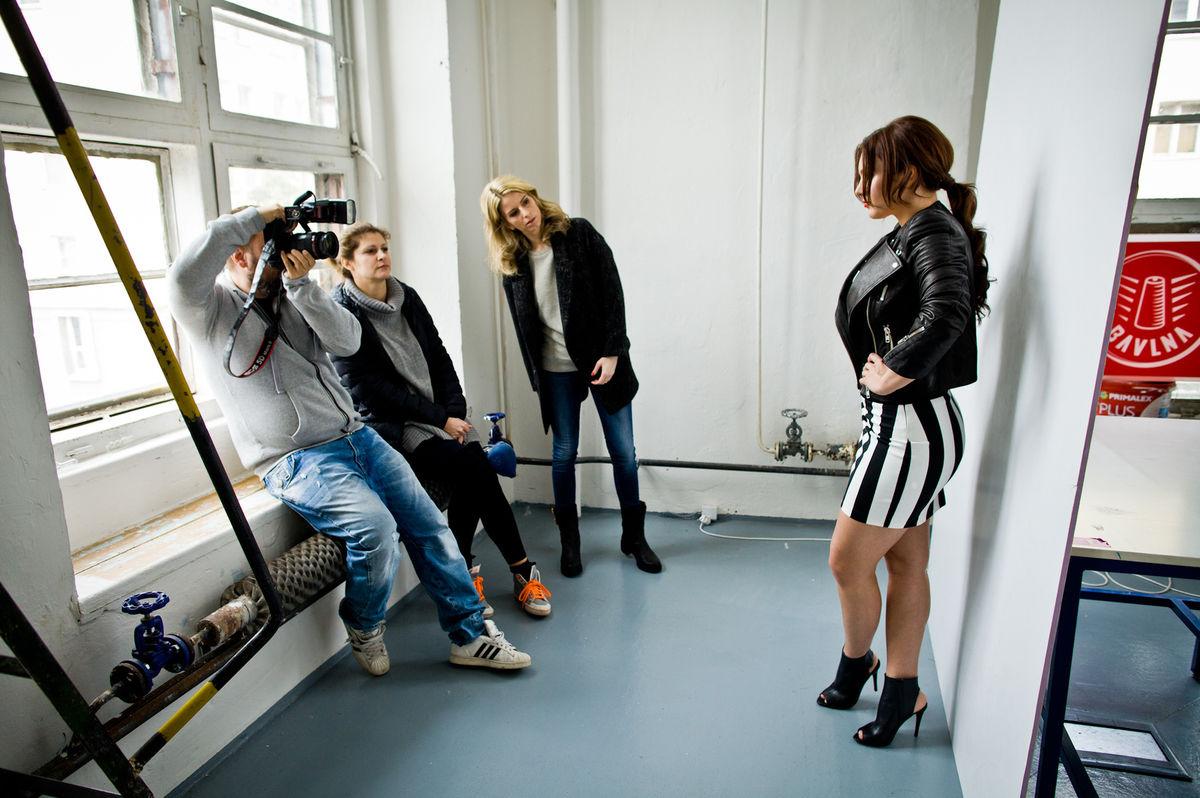 Speváčka a porotkyňa Ewa Farna nafotila v Bratislave sériu sexi záberov. Za objektívom stál Braňo Šimončík, o styling sa starala Zuzana Kanisová a vizáž Alena Schulzová.