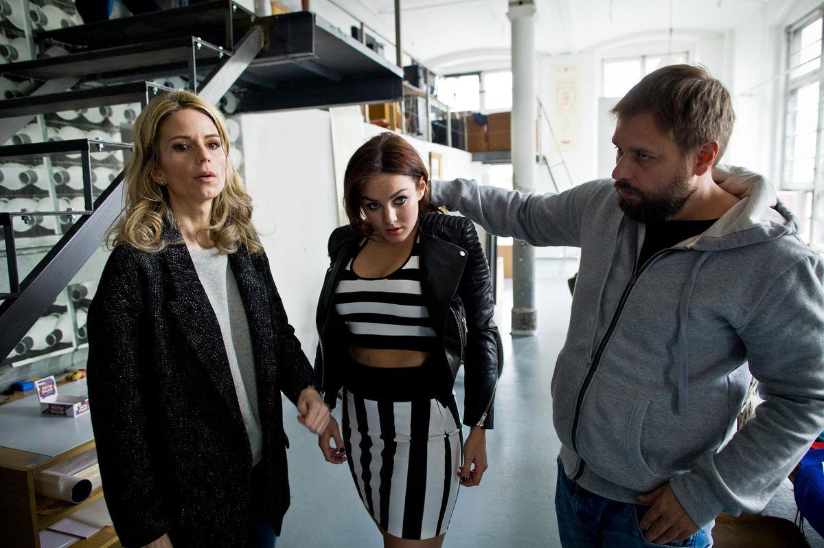 Speváčka a porotkyňa Ewa Farna (v strede) diskutuje s fotografom Branislavom Šimončíkom a štylistkou Zuzanou Kanisovou.