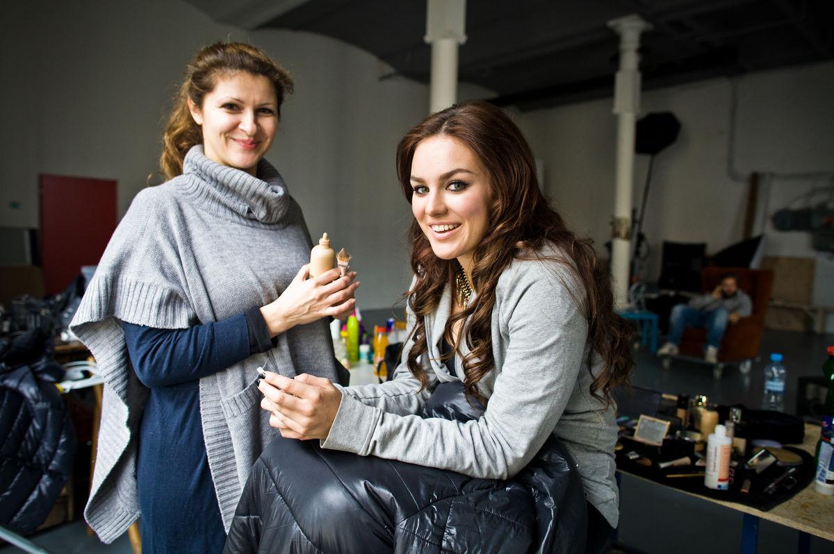 Speváčka a porotkyňa Ewa Farna práve počas príprav pod rukami vizážistky Aleny Schulzovej.