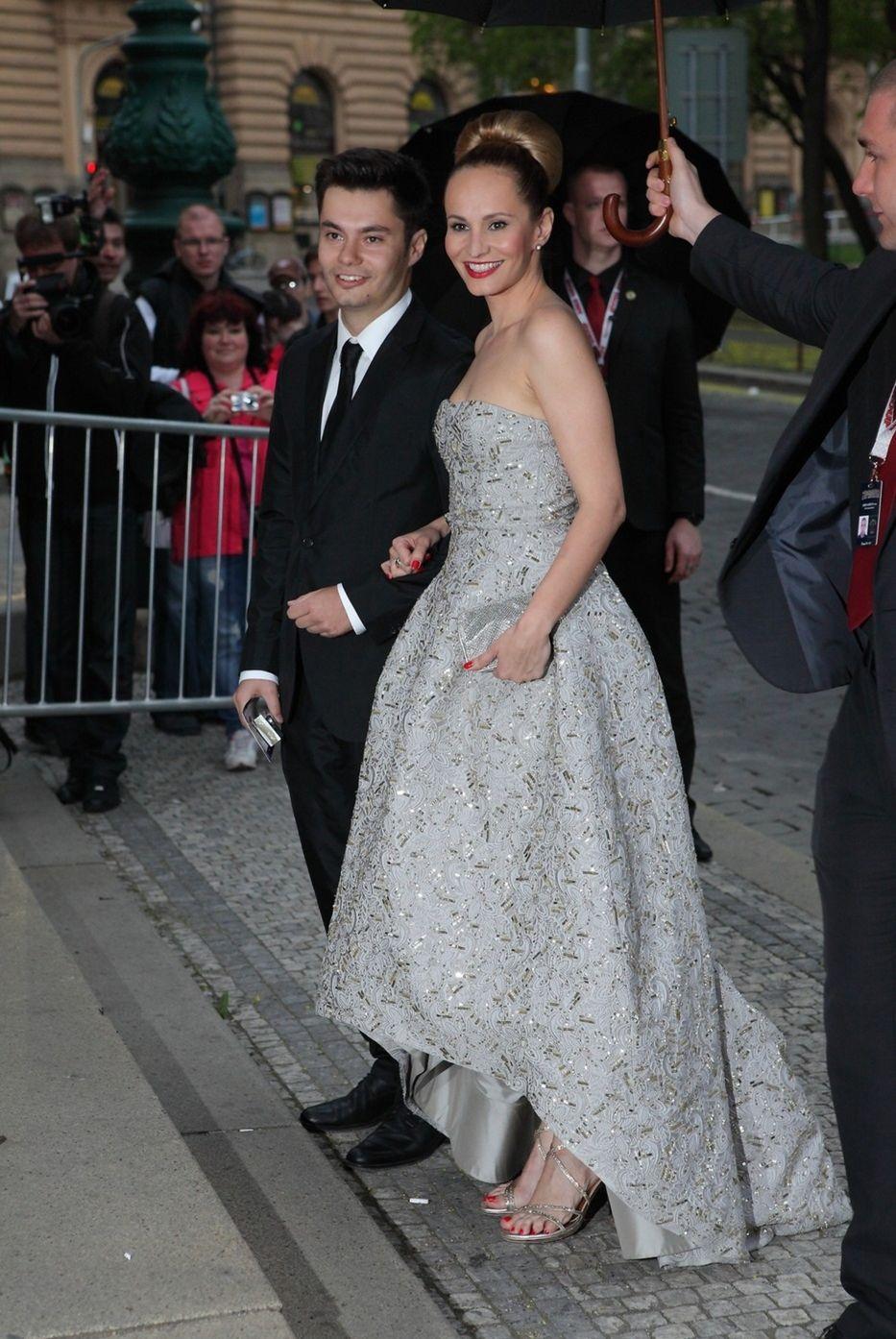 Herečka a speváčka Monika Absolonová v sprievode brata prichádza na ceny TýTý. Zažiarila v róbe od Oscara de la Rentu.