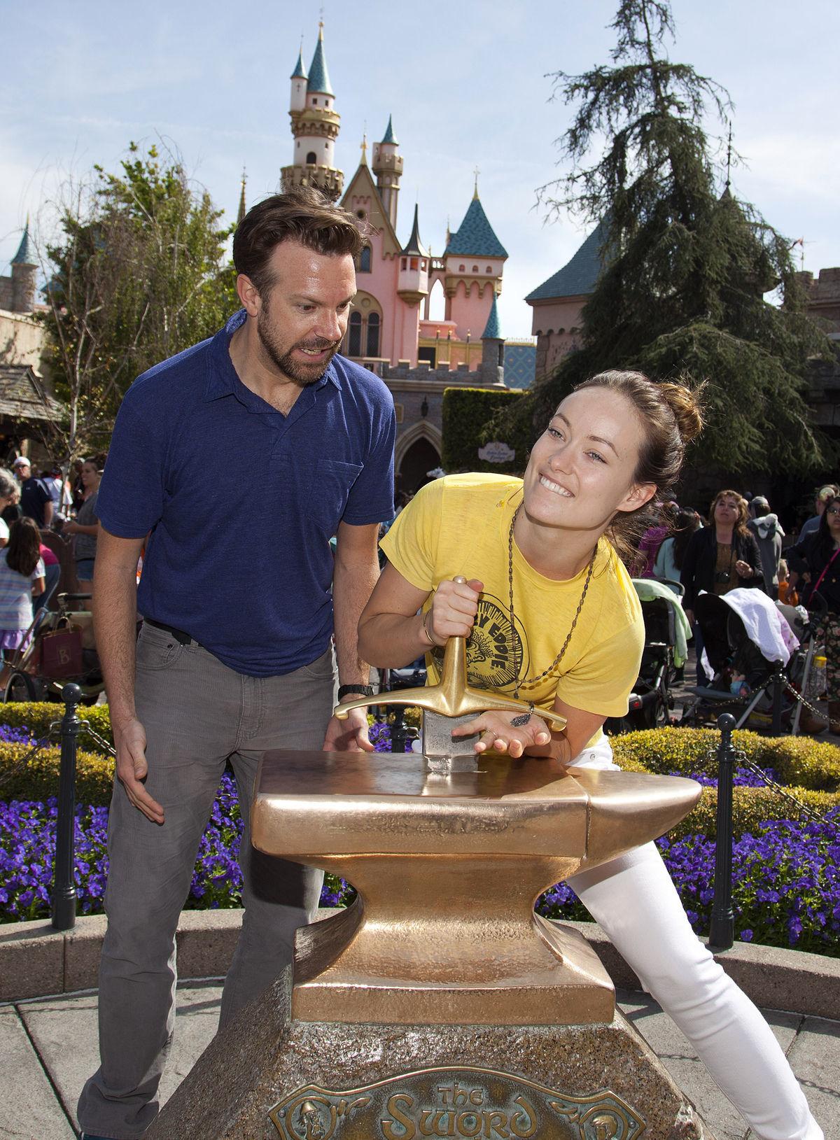 Herecký pár Olivia Wilde a Jason Sudeikis na návšteve Disneylandu.