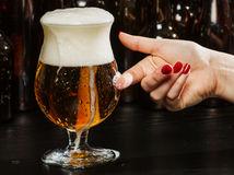 pivo, pivo v dámskej ruke, žena a pivo