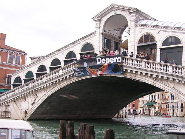 Turisti na slávnom moste Rialto v Benátkach.