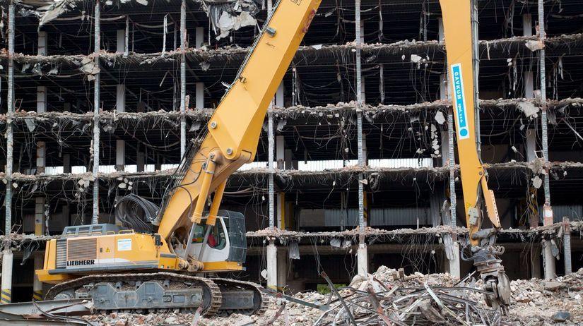 906b9c494d19 Búranie jednej z budov komplexu bývalého podniku ZDA Partizánske. Autor   Andrej Barát