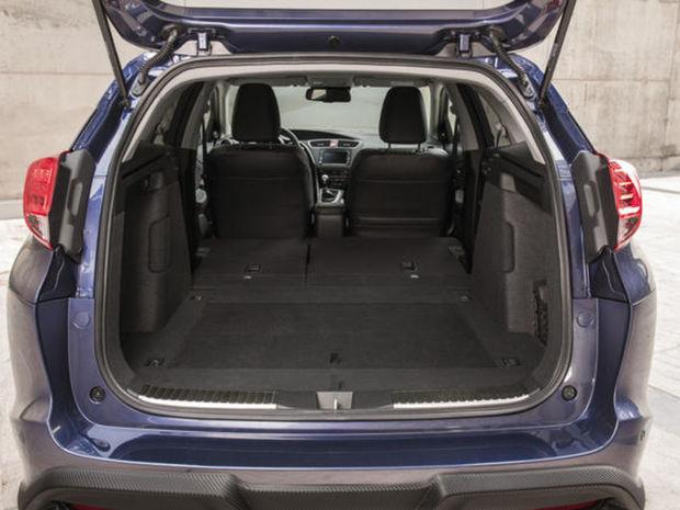Civic Tourer mal mimoriadne expresívny dizajn, ale vďaka nádrži pod prednými sedadlami a zadným sedadlám Magic Seats aj obrovský kufor. Na jeho 624 litrov nestačila ani Škoda Octavia.