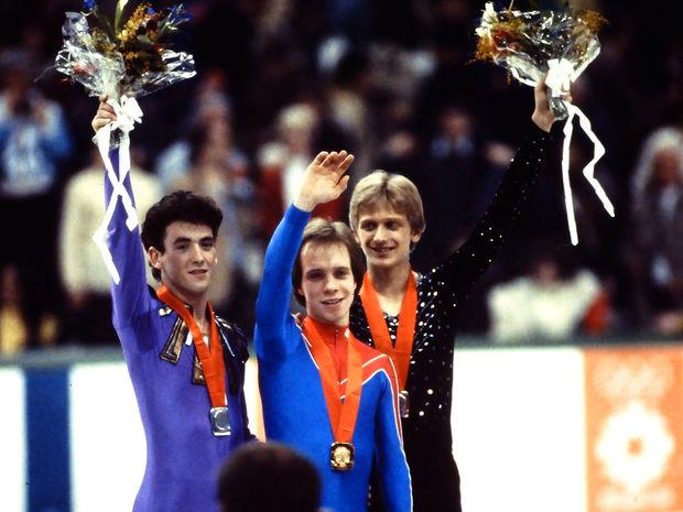 Medailisti zo zimnej olympiády v Sarajeve - zľava strieborný Brian Orser, zlatý Scott Hamilton a Jozef Sabovčík.