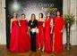 Riaditeľka Plesu v opere Andrea Cocherová (tretia zľava) pózuje s modelkami v červených šatách zo srdca, ktoré budú vydražené na dobročinné účely. Výťažok z nich získajú prenatálne centrá na Slovensku.