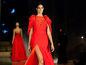 Modelka v červených šatách zo srdca od Veroniky Hložníkovej.