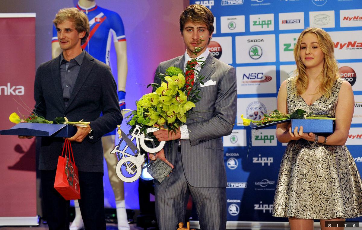 Trojica ocenených v ankete Cyklista roka - Zlatý pedál. Vpravo bronzová Tatiana Janíčková víťaz Peter Sagan a Peter Velits na 2. priečke.