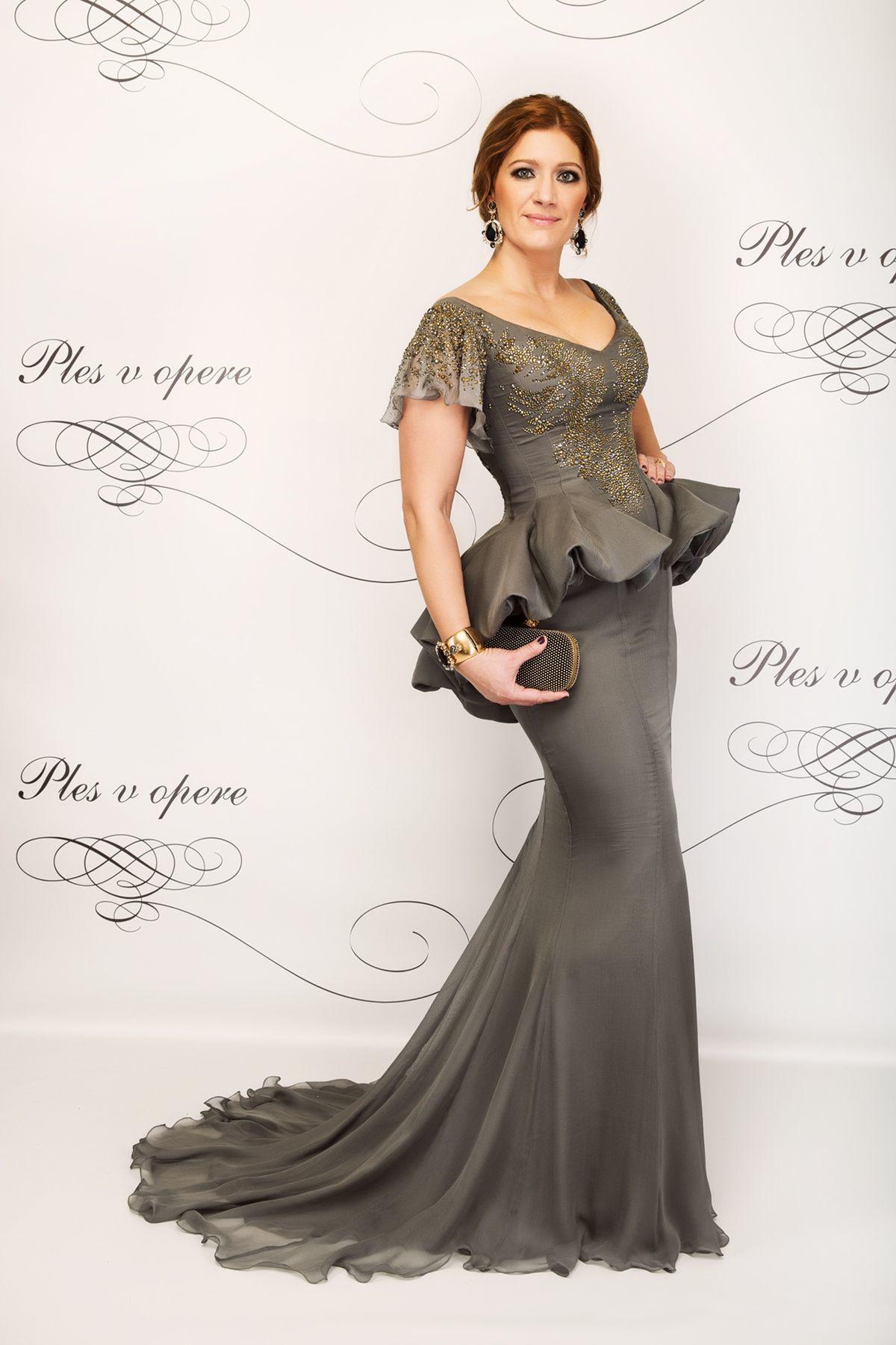 9c65b9c42622 Riaditeľka Plesu v opere Andrea Cocherová v šatách od Hany br    Převrátilovej.