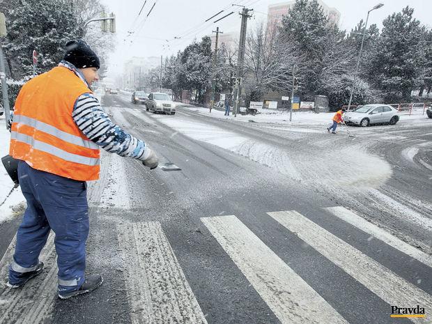 počasie, sneženie, sneh, údržba ciest, cesta, posyp, sol