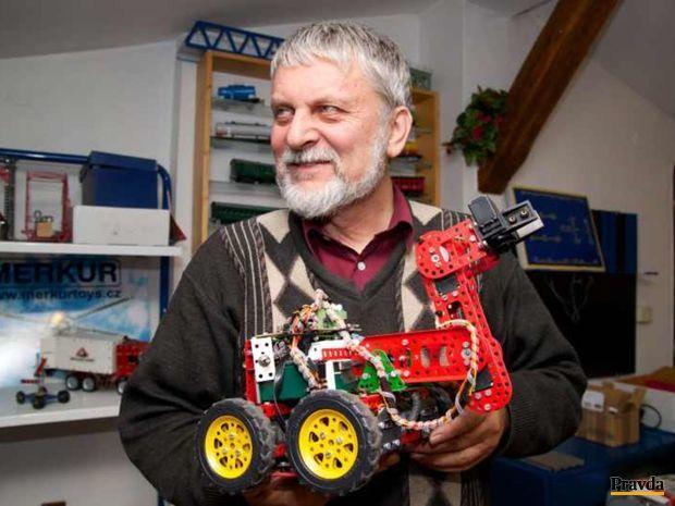 Šéf Merkuru Jaromír Kříž s robotickým automobilom.