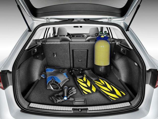 Batožinový priestor síce veľkosťou stráca na Octaviu Combi aj Golf Variant, ale objemom 587 litrov patrí stále k najlepším v triede. Navyše si v sérii vozí dojazdové rezervné koleso.