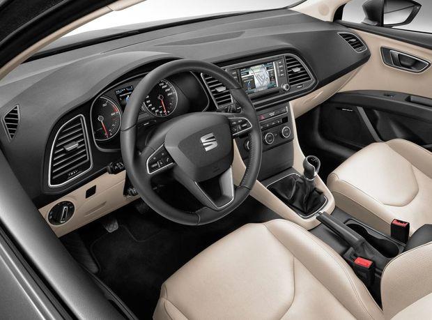Interiér a vybavenie je zhodné s hatchbackom. V ponuke je dokonca aj športová verzia FR.