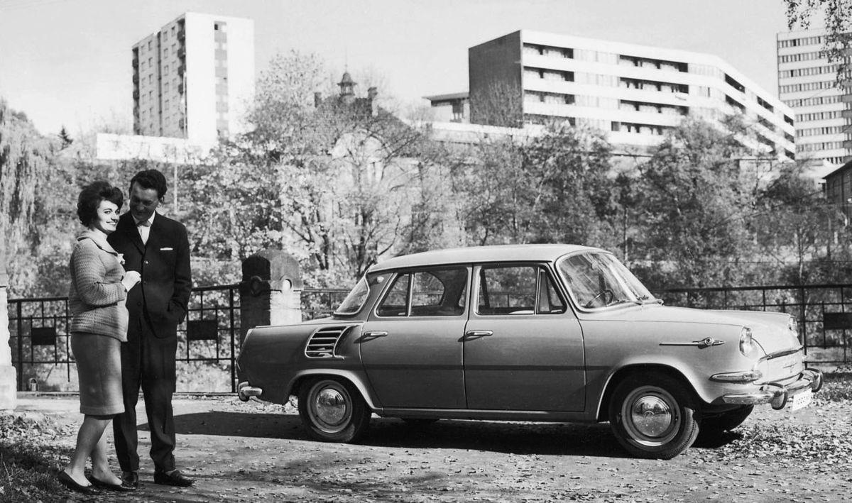 Na nový moderný automobil s motorom vzadu čakal vtedy celý národ. Mal byť lacný, lenže cena sa nakoniec vyšplhala na 44 000 Kčs. Toľko stál aj Renault 8.