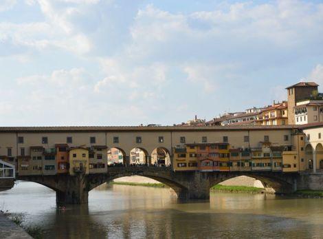 """Most Ponte Vecchio sa zvykne nazývať aj """"zlatým mostom"""", keďže tu možno kúpiť najmä rozličné šperky."""