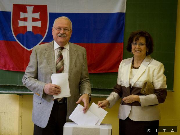 Prezident Ivan Gašparoviè s manžželkou počas voľby europoslancov.