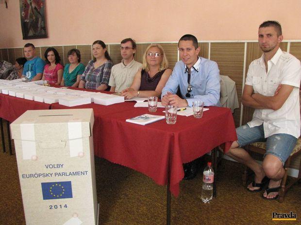 Typický obraz sobotných volieb v Slovenských Ďarmotách. Vo volebnej miestnosti nie je ani jeden volič, iba členovia volebnej komisie.
