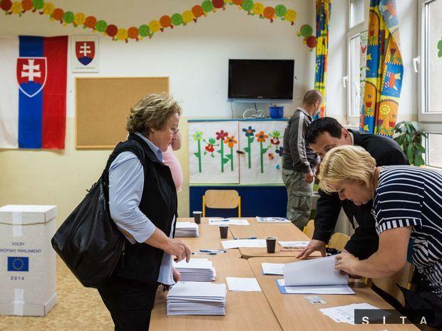 Jedna z prvých voličiek vo volebnej miestnosti na ZŠ Kulíšková v bratislavskom Ružinove.