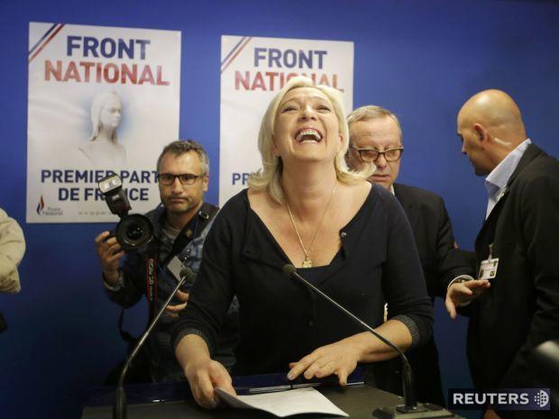 Líderka francúzskych nacionalistov Marine Le Penová pred novinármi na tlačovej konferencii.