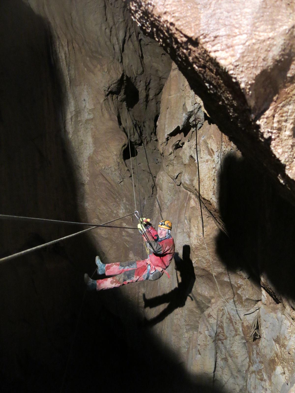 Všetko je viackrát istené, v jaskyni sa nesmie stať žiadna chyba. Záchranná akcia by bola extrémne náročná a zdĺhavá.