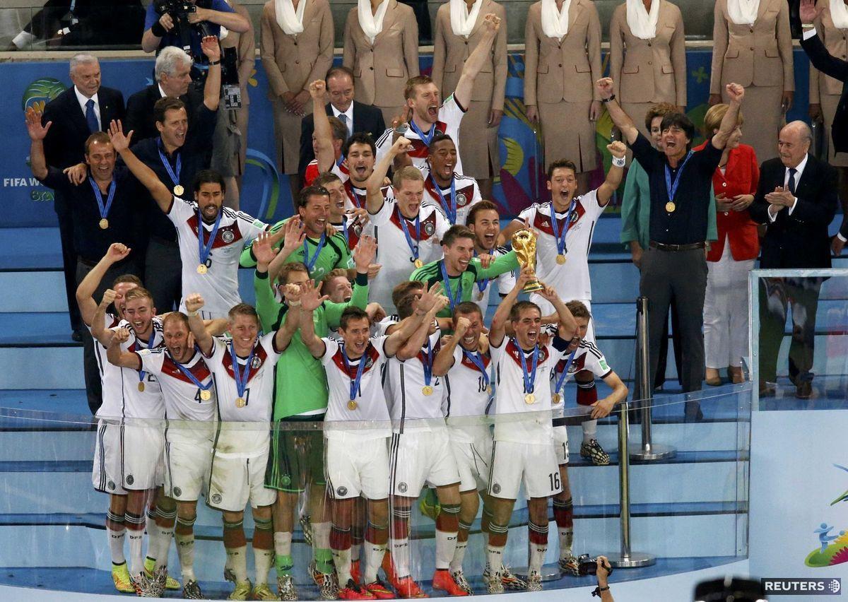 Úradujúci majstri sveta Nemci s trofejou.