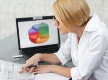 graf, počítač, kancelária, neziskovka, žena, sekretárka, čísla, účtovník,