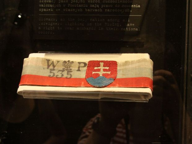 Páska so slovenskou trikolórou je exponátom Múzea Varšavského povstania.