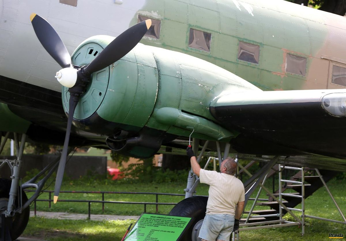 Letecký exponát na nádvorí.