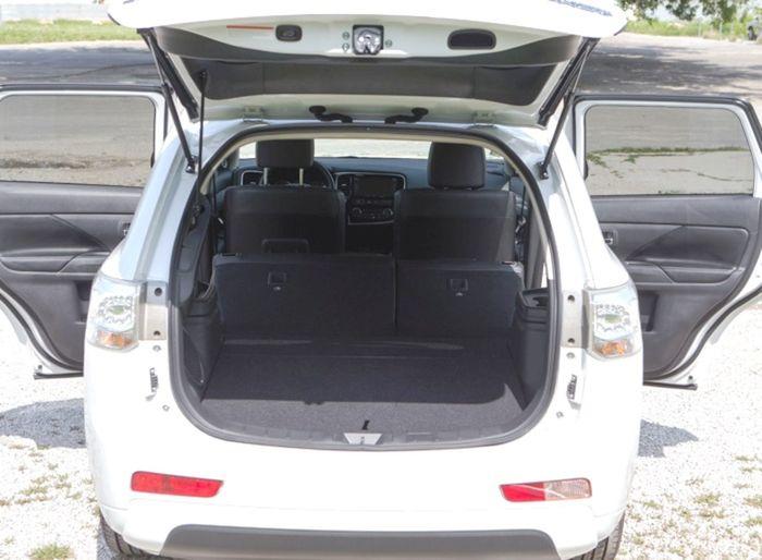 Kufor elektrického Outlanderu má len o 14 litrov menej ako bežná verzia so sklopeným tretím radom sedadiel. Batérie sú totiž schované v podlahe. Úžitkové vlastnosti tak ostali zachované.