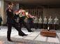 Akt kladenia vencov pred pamätníkom SNP v Banskej Bystrici.
