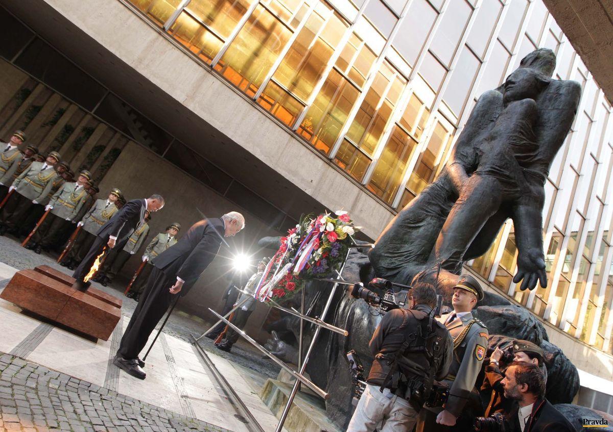 Prezident SR Andrej Kiska a prezident ČR Miloš Zeman počas aktu kladenia vencov pri pamätníku SNP.