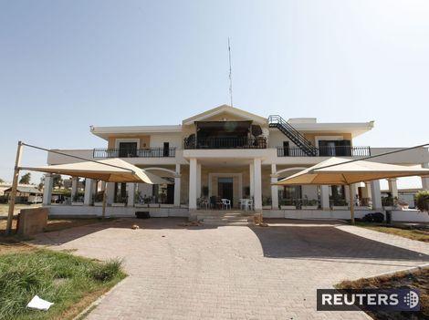 Milicionári si užívajú veľvyslanectvo USA v Tripolise, skáču 'šípky' do bazéna