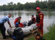 Záchranári pri pátraní po utopenom chlapcovi.