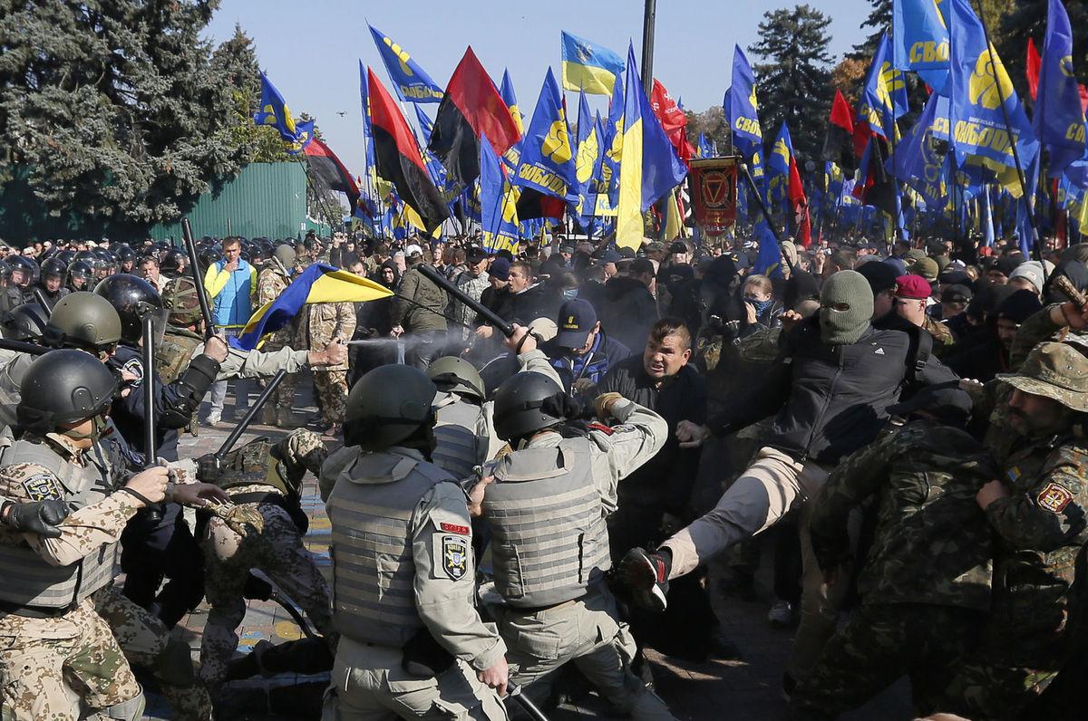 Polícia počas stretov s demonštrantmi pred budovou  parlamentu v Kyjeve.