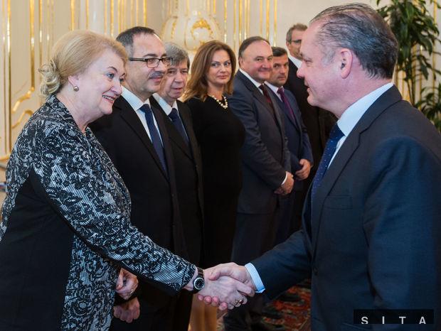 Zľava: Anna Záborská, Vladimír Maňka, Eduard Kukan, Monika Flašíková Beňová, Pál Csáky a prezident Andrej Kiska počas prijatia poslancov EP.
