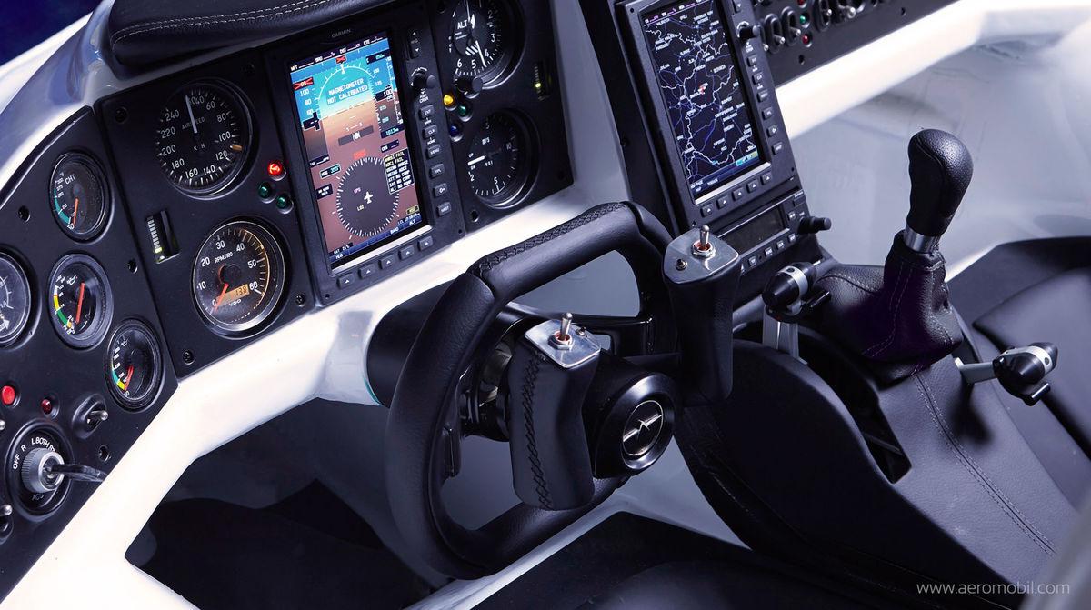 Dvojmiestny interiér dostal to najmodernejšie letecké vybavenie vrátane autopilota. Bezpečnosť posádky zabezpečí záchranný padák.