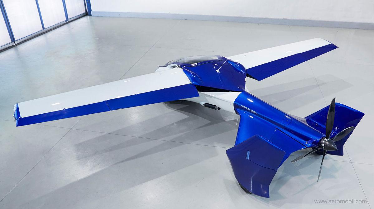 Pohyb vo vzduchu zabezpečí tlačná vrtuľa. Cestovná rýchlosť má byť 200 km/h a dolet až 700 km. Na ceste by však tiež nemal byť brzdou v premávke. Dosiahne maximálnu rýchlosť 160 km/h.