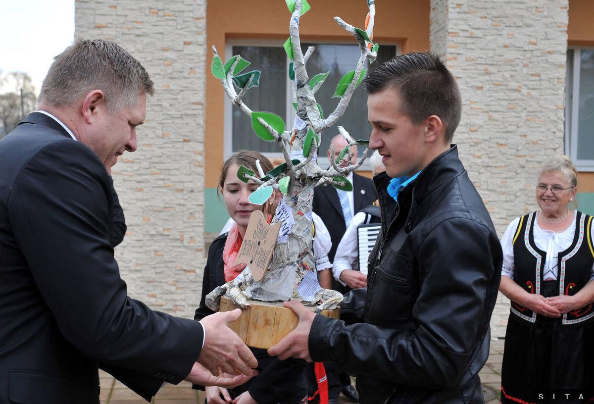 """Premiér Robert Fico dostal od mladých v Ubli do daru """"strom detských prianí""""."""