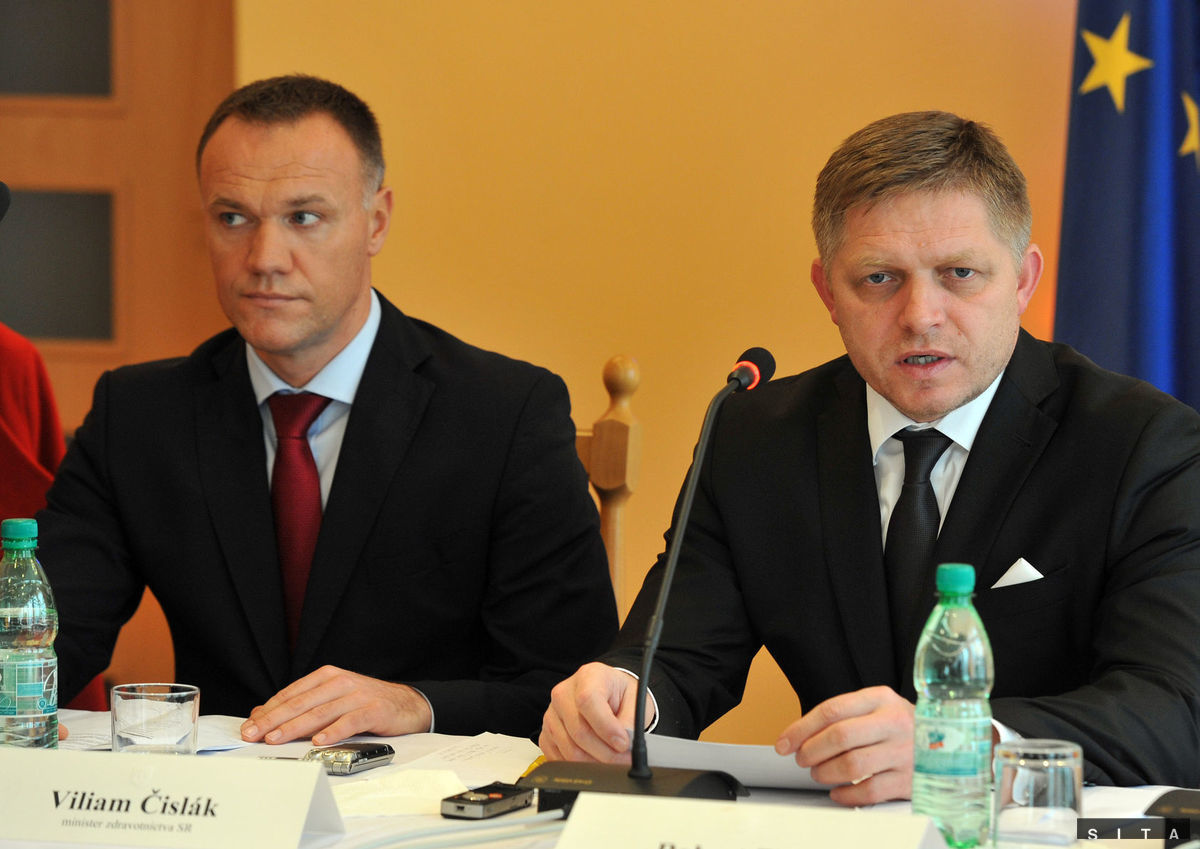Premiér Robert Fico (vpravo) s novým ministrom zdravotníctva Viliamom Čislákom po rokovaní vlády v Ubli.