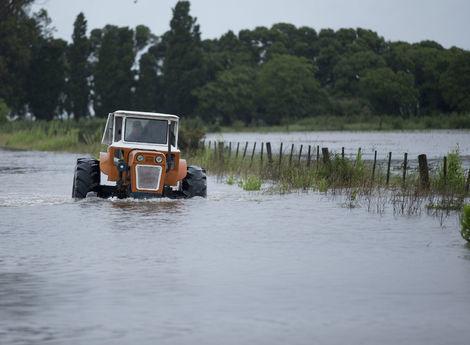 Povodne na juhu Slovenska: Voda zaplavila cesty a domy