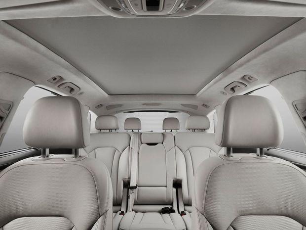 Zadný rad elektricky ovládaných a sklopných sedadiel dostanete za príplatok. Druhý rad troch samostatných sedadiel je zas posuvný v rozsahu 110 mm.