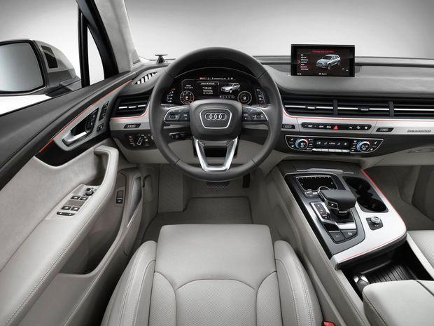 Interiér prichádza  s väčším priestorom vo všetkých smeroch,  horizontálnymi prieduchmi ventilácie a virtuálnym prístrojovým panelom s uhlopriečkou displeja až 31,2 centimetra.