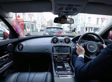 Geniálne! Jaguar testuje priehľadné stĺpiky a obrovský head-up displej