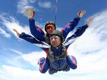 padák, skok, padákom, tandemový zoskok, adrenalín, zážitkový darček, zážitok, pád, skok,